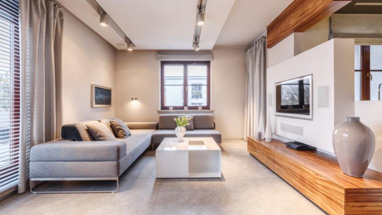 Inspiração: sala  com porcelanato claro, no piso e iluminação em trilho, no teto